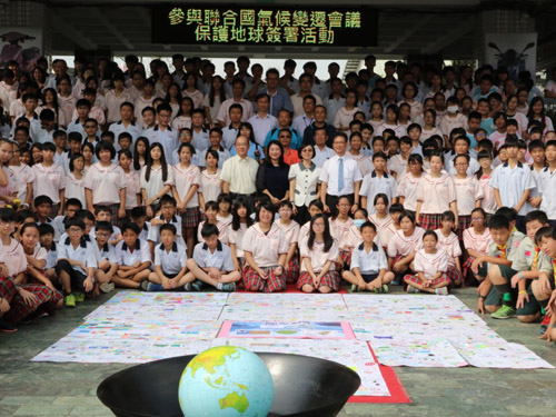Chung Chuang Junior High School Serves as Impetus for Global Citizens' Initiative to Protect the Earth; Commitment Signing Activity Held on October 18 with Education Bureau and Transportation Bureau in Support of UN Climate Change Conference
