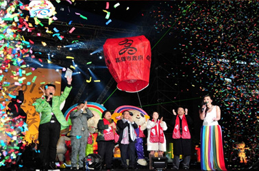 """The city mayor Chen Chu led the municiple team to wish everyone a Happy New Year during the """"Dream Mall New Year's Eve"""" Event."""