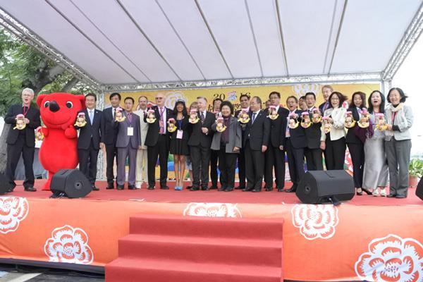 Group photo of City administrative team and guests in the 2016 international banquet